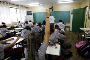 Implementação de base curricular no país é desafio, dizem especialistas