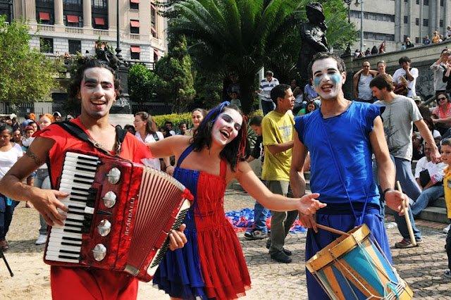 """Espetáculo """"Para lá das palavras"""", do Pé de Zamba, no Vale do Anhangabaú, em São Paulo (SP). (Medina de azul, à direita.) Foto: Reprodução."""