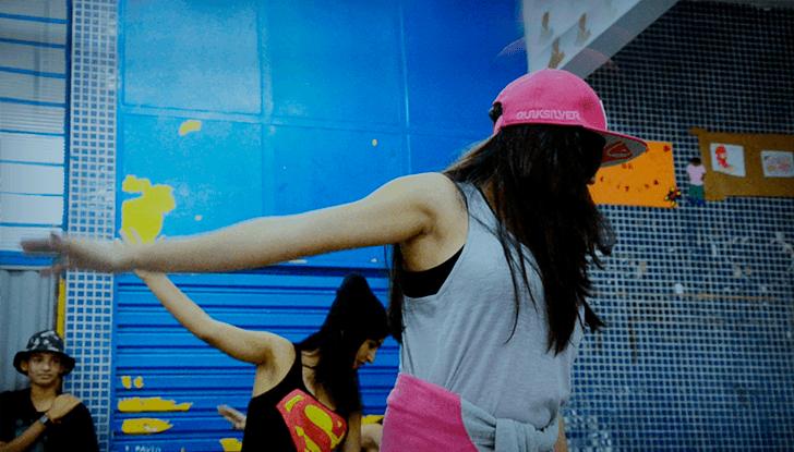 Expressão jovem. Mulheres jovens dançando.