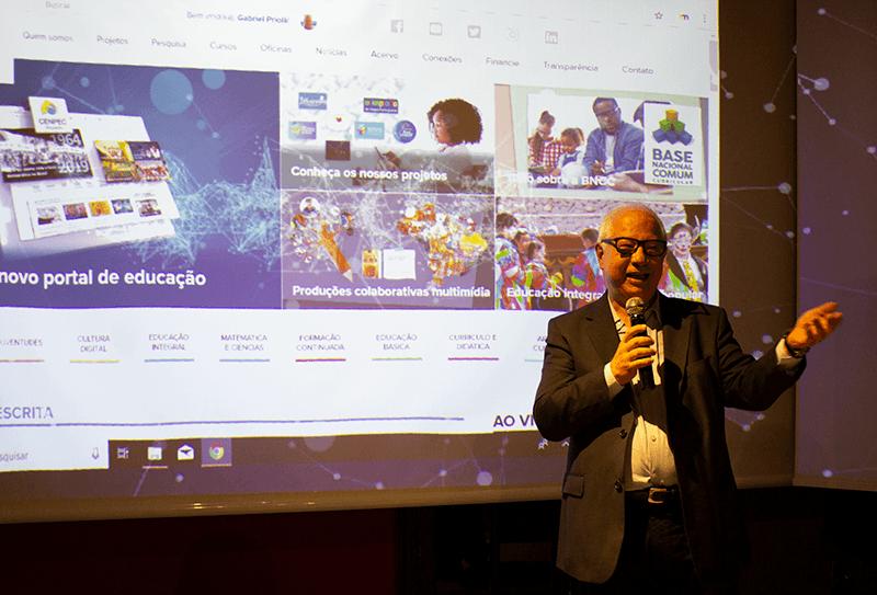Gabriel Priolli, diretor da Diretoria de Difusão e Mídias, apresenta o novo Portal para um público de 140 pessoas.
