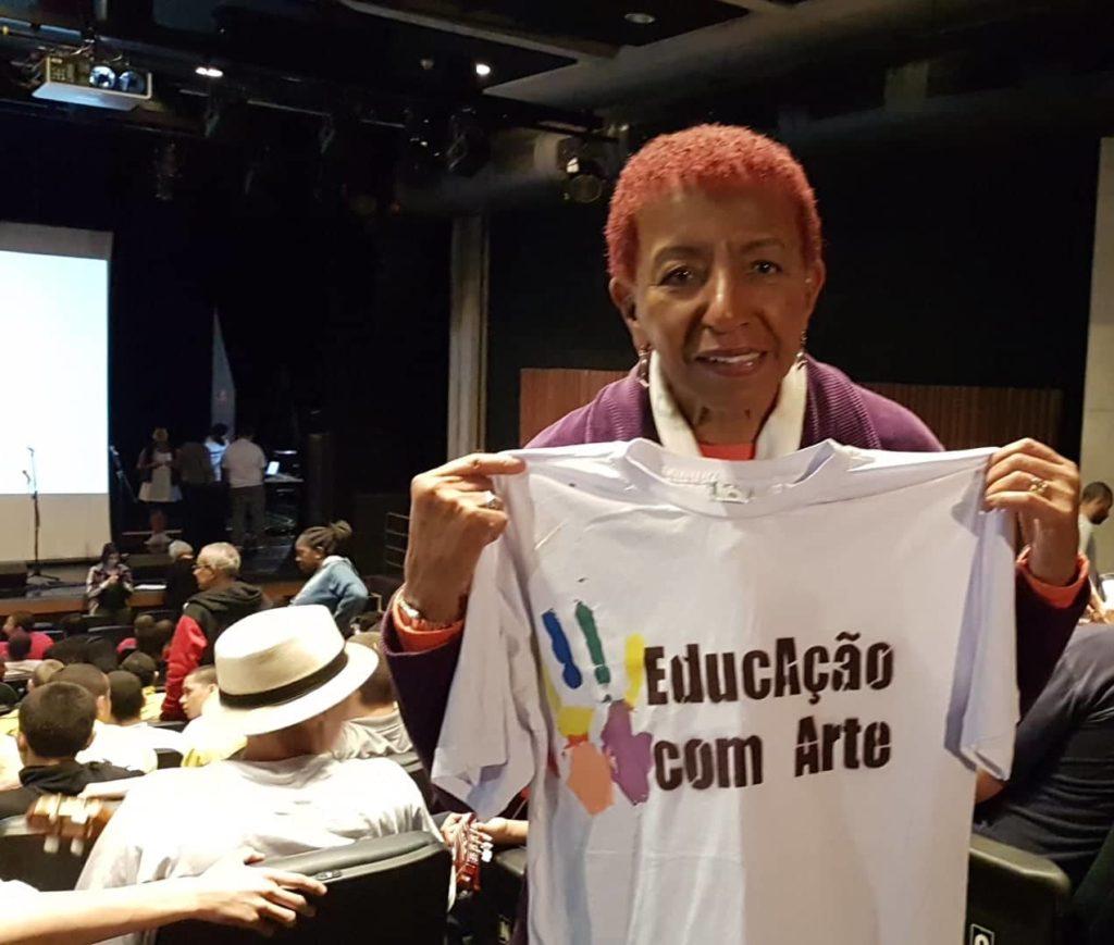 Leci Brandão posa com camiseta do projeto Educação com Arte.