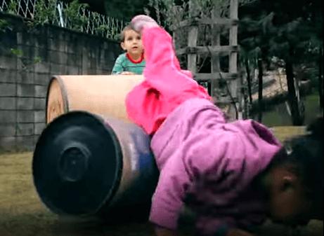 Criança brincando de rolar