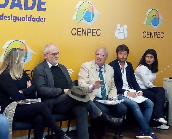José María del Corral (ao centro, com Célio Turino à esq.) fala sobre Scholas Occurrentes no CENPEC Educação. Foto: João Marinho.