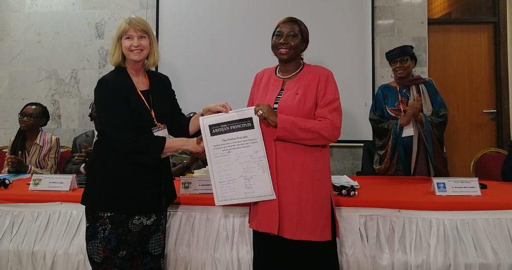 Ann Skelton, presidente do Comitê, entregando os Princípios de Abidjan à ministra da Educação em Abidjan, em fevereiro de 2019. A relatora, Mme Koumbou Boly Barry, está de chapéu à direita.