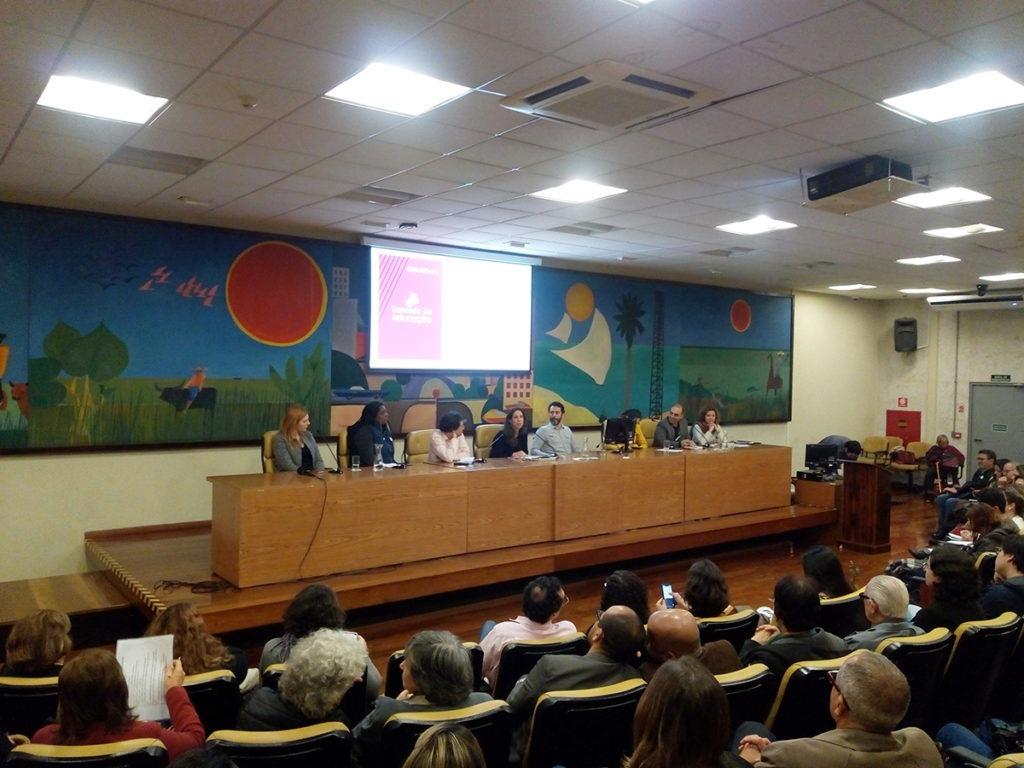 """Participantes da mesa """"Redes e território: a comunidade em uma cidade educadora"""", no lançamento da Bancada da Educação."""