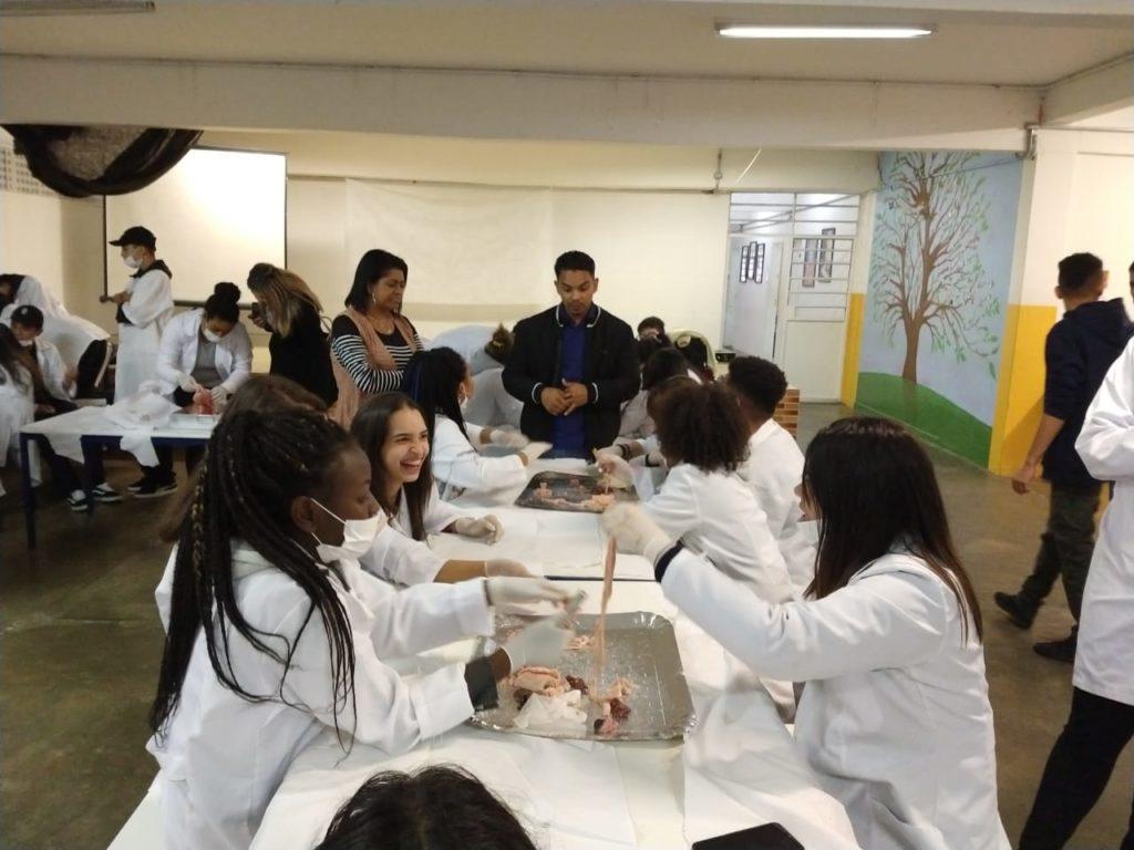 Aula eletiva, com jovens, na EE Yervant Kissajikian