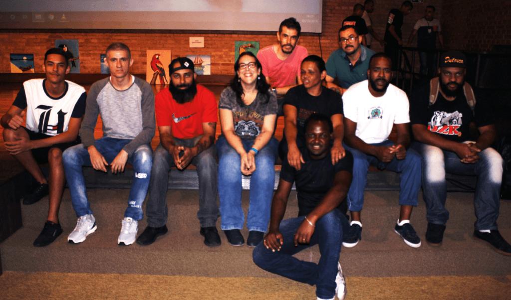 Marília Rovaron (camiseta cinza, ao centro) e arte-educadores do projeto Educação com Arte: Oficinas Culturais