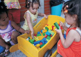 Crianças brincando com peças de montar