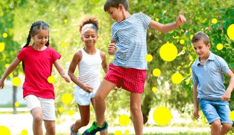 Crianças jogando na praça