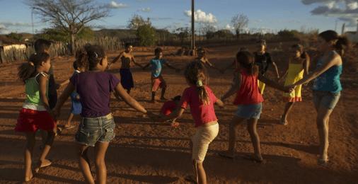 Crianças brincando em roda.