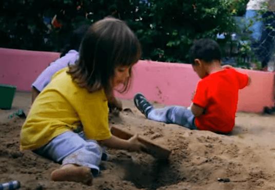 Crianças no tanque de areia