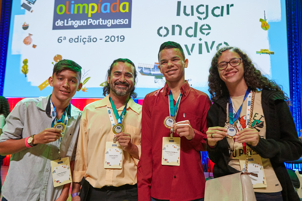 Francisco de Moura (camisa vermelha), colegas e professor vencedores. Foto: Livia Wu/Itaú Social.