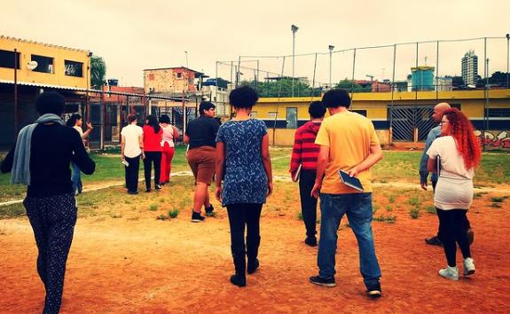 Exploração no campo de futebol do Jardim Lapenna, em São Paulo (SP). Foto: Programa Jovens Urbanos/Acervo CENPEC