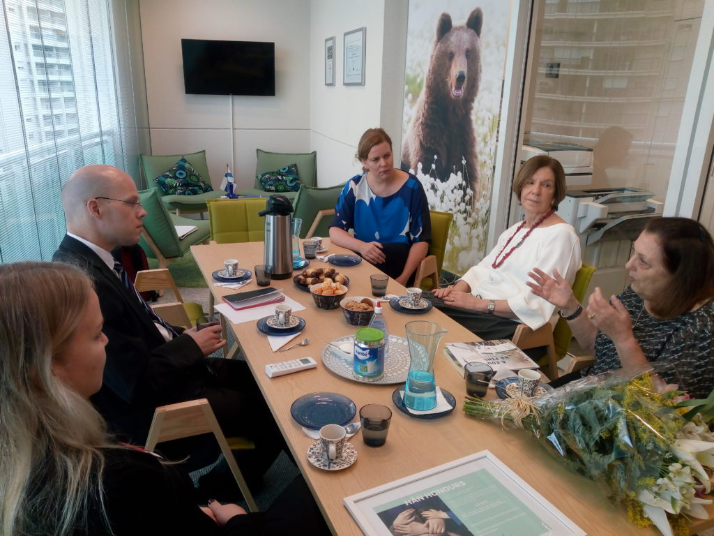 Foto de café da manhã. A partir da esquerda: Janna Kalajo, o cônsul Lasse Keisalo, Jelena Santalainen, Maria Alice Setubal e Maria Amabile Mansutti.