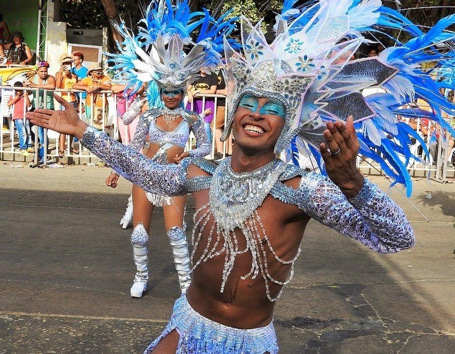 Homem dançando no Carnaval de Barranquilla, na Colômbia.