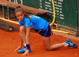 Menina em competição de atletismo.