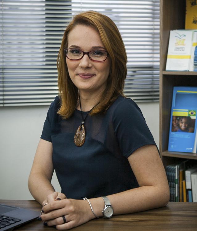 Imagem de Andressa Pellanda, coordenadora geral da Campanha Nacional pelo Direito à Educação, sentada à mesa.