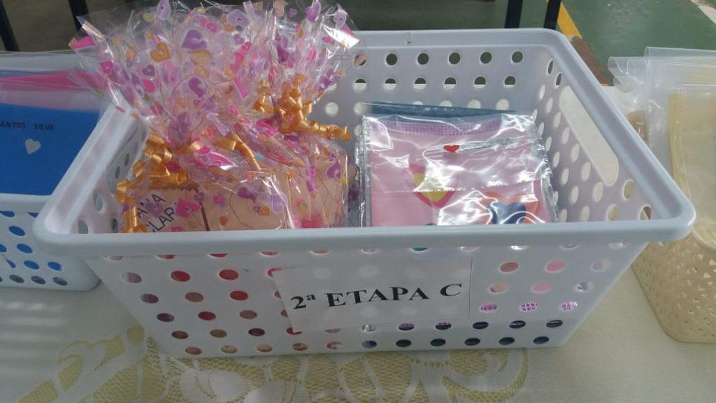 Imagem de uma cesta com cartas envelopadas sobre uma mesa.