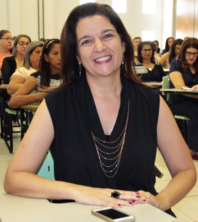 Fotografia da formadora Patrícia Calheta em uma sala de aula.