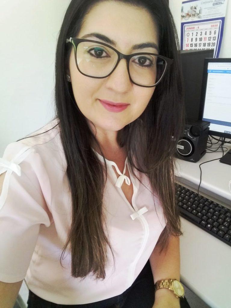 Imagem da coordenadora pedagógica Patrícia Vieira Ribeiro, em frente a um computador.