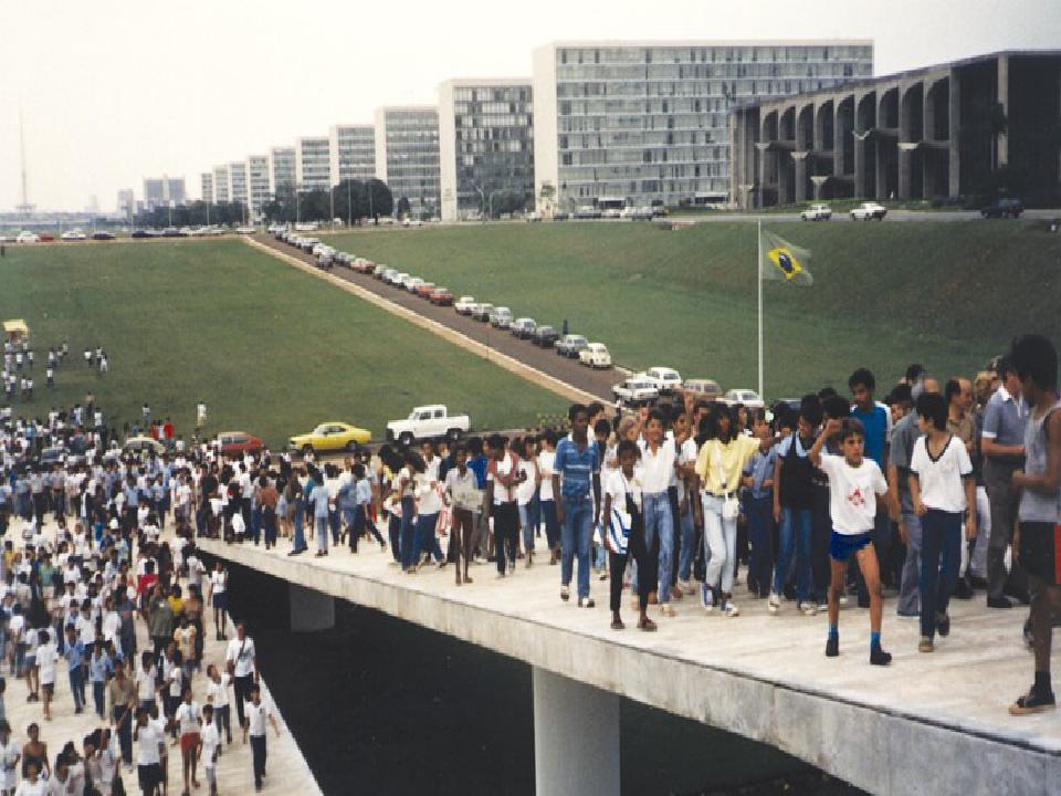 Imagem de crianças formando um cerco ao Congresso Nacional, em 1985. A ação ficou conhecida como Ciranda da Constituinte