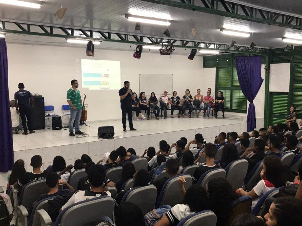 Encontro com os pais e estudantes no Centro de Ensino Médio Urso Branco (CEMUB), da rede pública de Brasília, em um auditório repleto de pessoas.