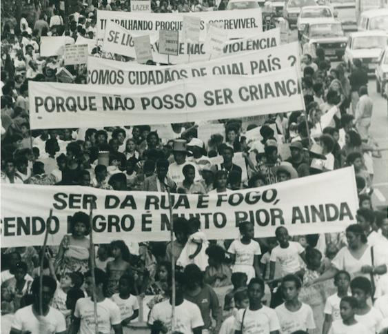Imagem de manifestação de crianças e adolescentes pelos seus direitos.