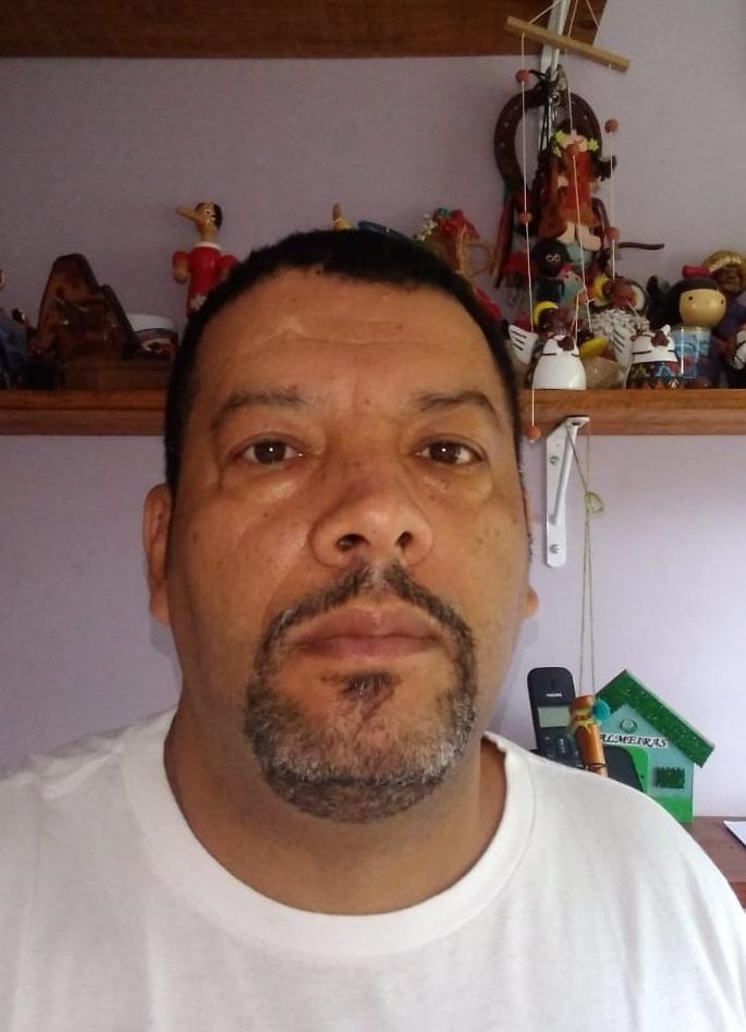 Fotografia de Marco Antonio da Silva, mais conhecido como Markinhus, em frente a uma prateleira com brinquedos. Markinhus é educador, coordenador geral do Projeto Meninos e Meninas de Rua e representante do Movimento Nacional de Meninos e Meninas de Rua (MNMMR) no Conselho Nacional de Direitos Humanos