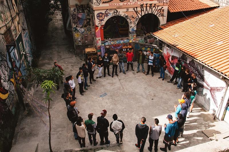 Roda de adolescentes, em pé, do Grupo Nós, vinculado ao Instituto Fazendo História.