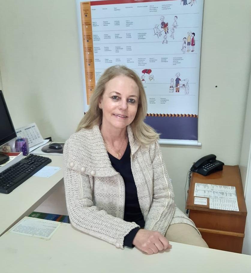 Fotografia de Yara Faraco Zin, secretária municipal de educação de Capivari de Baixo (SC).