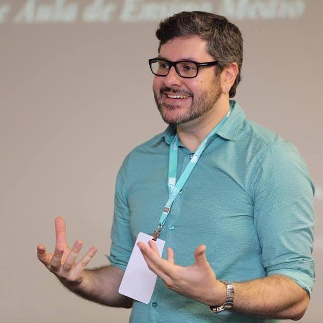 Imagem de Marcelo Ganzela Martins de Castro, coordenador do curso de Licenciatura em Letras no Instituto Singularidades.
