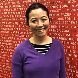 Imagem da professora Olívia Nakaema, responsável pelo curso de extensão no Instituto Singularidades.