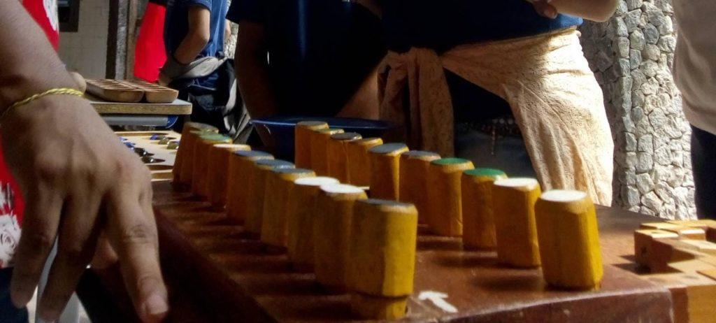 Imagem de estudantes em contato com os jogos de tabuleiro, na Escola Estadual de Ensino Fundamental e Médio Jornalista Rômulo Maiorana.