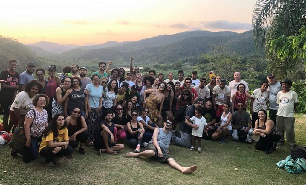 Imagem da visita de educadores e educadoras ao quilombo do Ivaporunduva, no Vale do Ribeira.