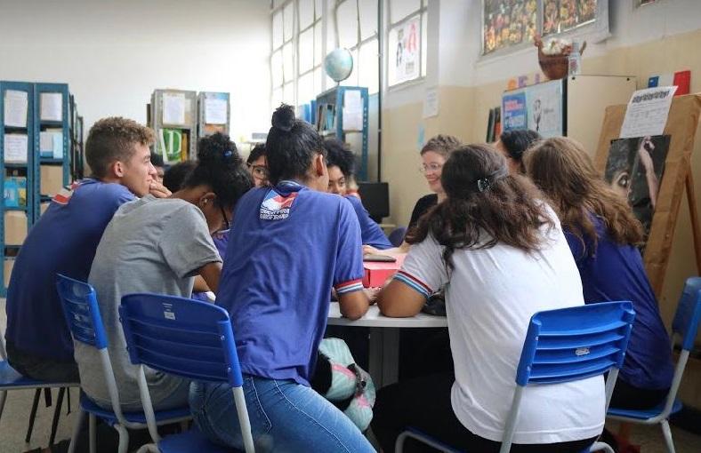 """Imagem de estudantes durante a reunião do projeto """"O capítulo que falta"""", um clube livro formado no Centro Estadual de Educação Profissional, Formação e Eventos Isaias Alves (CEEP), para educação em direitos humanos."""