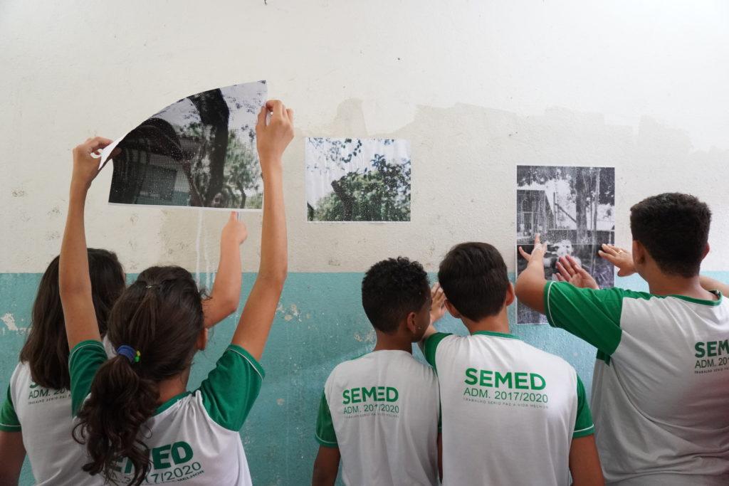 Estudantes expõe fotos de seu território. Foto: Conexão Comunidade