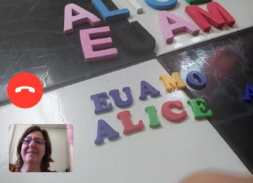 """Letras móveis formando a frase """"Eu amo Alice"""""""